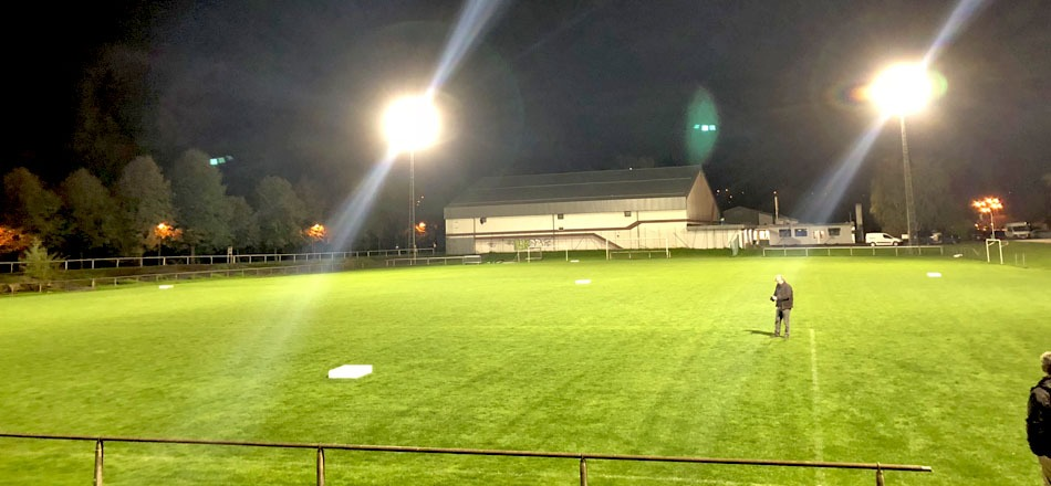 Terrain en gazon du centre sportif communal d'Aywaille équipé d'éclairage LED